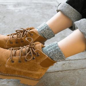 Paket uključuje 5 pari božićnih ženskih vunenih čarapa. Živahne boje uklopit će se u vaše odjevne kombinacije. To je obavezan dodatak za hladno vrijeme. topli dar za vaše prijatelje i obitelj. Izvrsno za Božić, rođendane i snježne dane